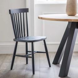 chaise grise en bois