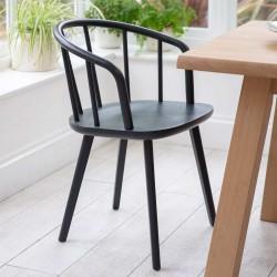 Chaise noire avec des barreaux