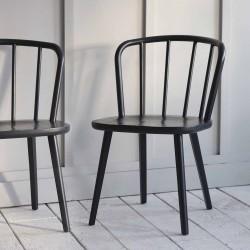 Chaises en bois noir